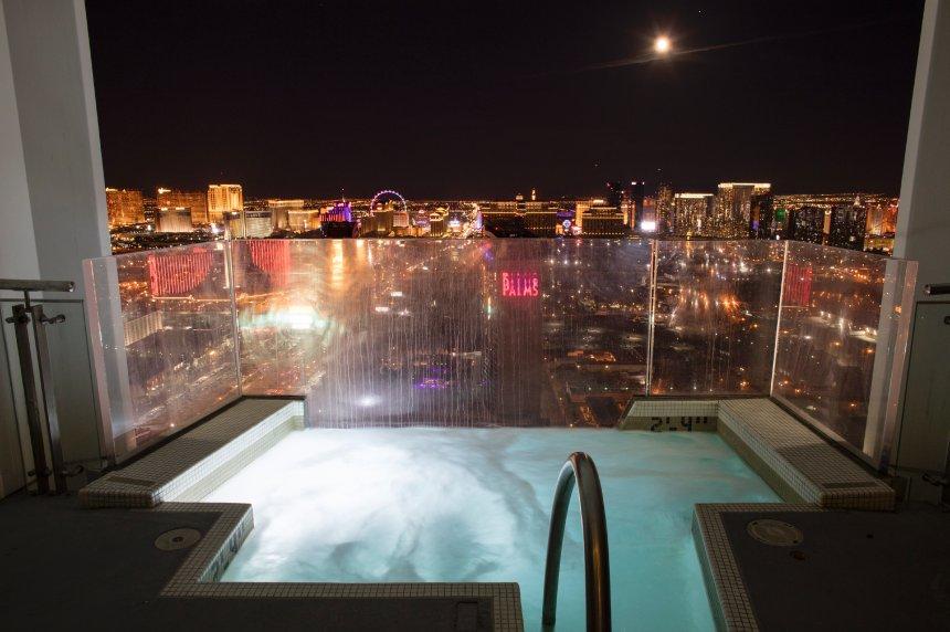 Szép kilátások - jacuzzi a Palms Place Hotel lakosztályában